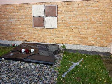 Zniszczona tablica smoleńska