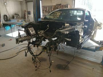 Zniszczone Fordy Mustangi