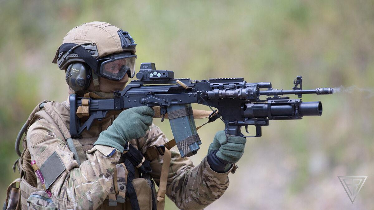 Żołnierz uzbrojony w karabinek wz. 96 Beryl
