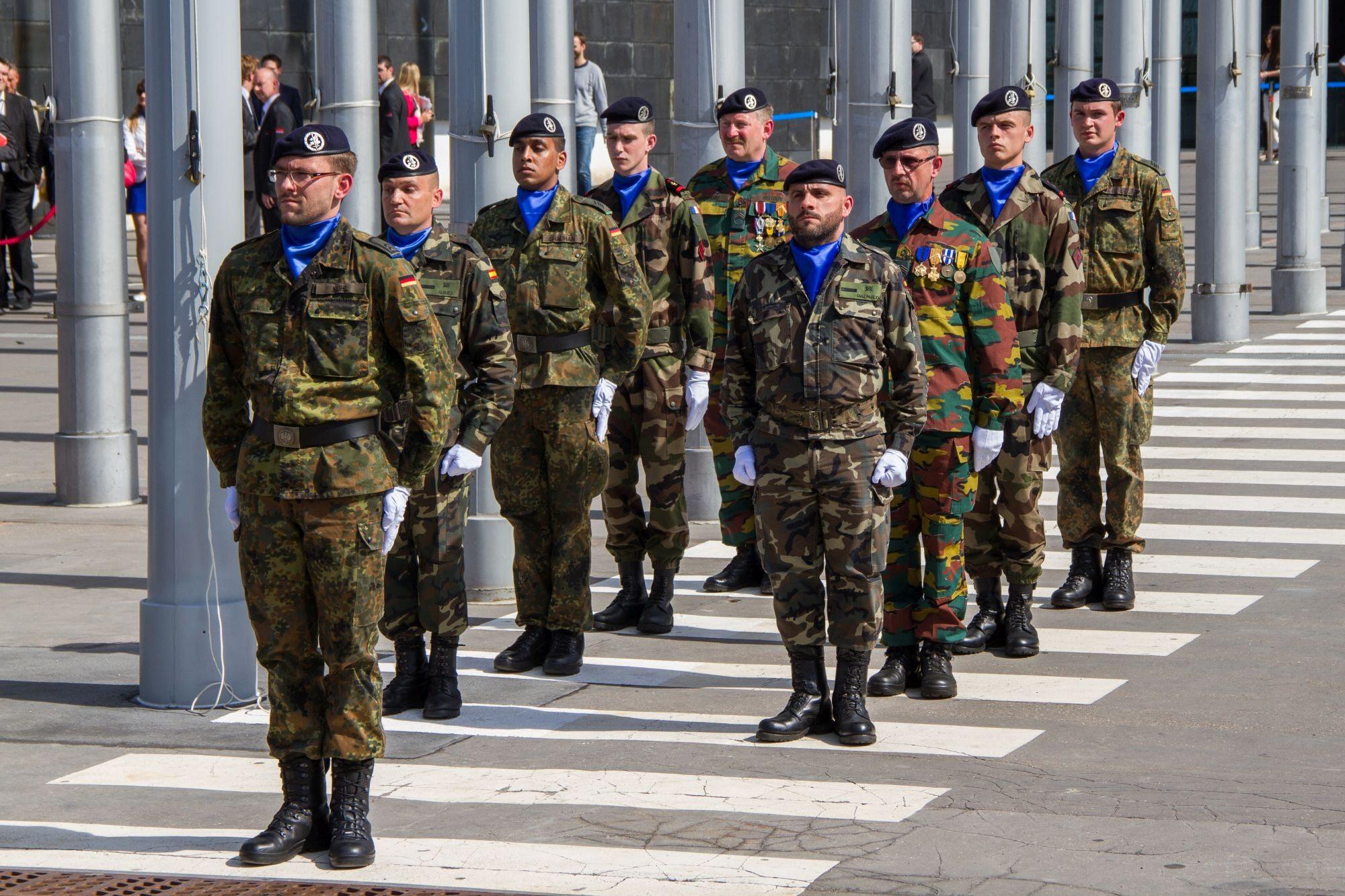Żołnierze Eurokorpusu przed budynkiem Parlamentu Europejskiego w Starsbourgu