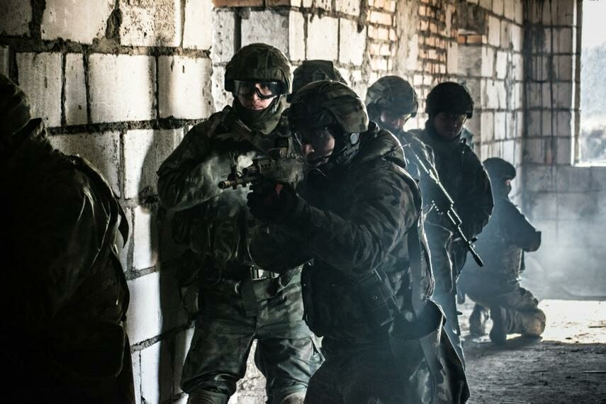 Żołnierze wkraczają do budynku