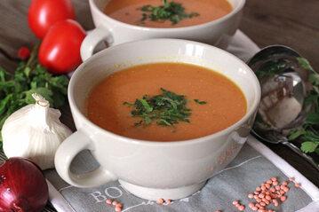 Zupa z czerwonej soczewicy i pomidorów rzymskich