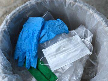 Zużyte rękawiczki i maseczka ochronna