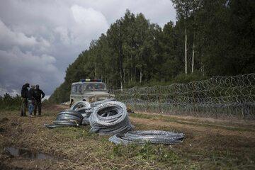 Zwoje drutu kolczastego na polsko-białoruskiej granicy