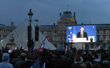 Zwolennicy Emmanuela Macrona przed Luwrem