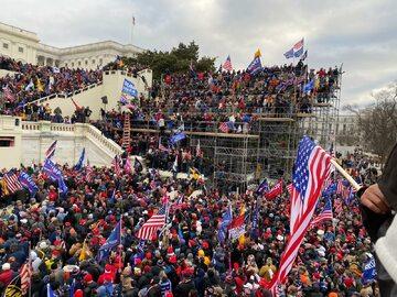 Zwolennicy Trumpa przed Kapitolem