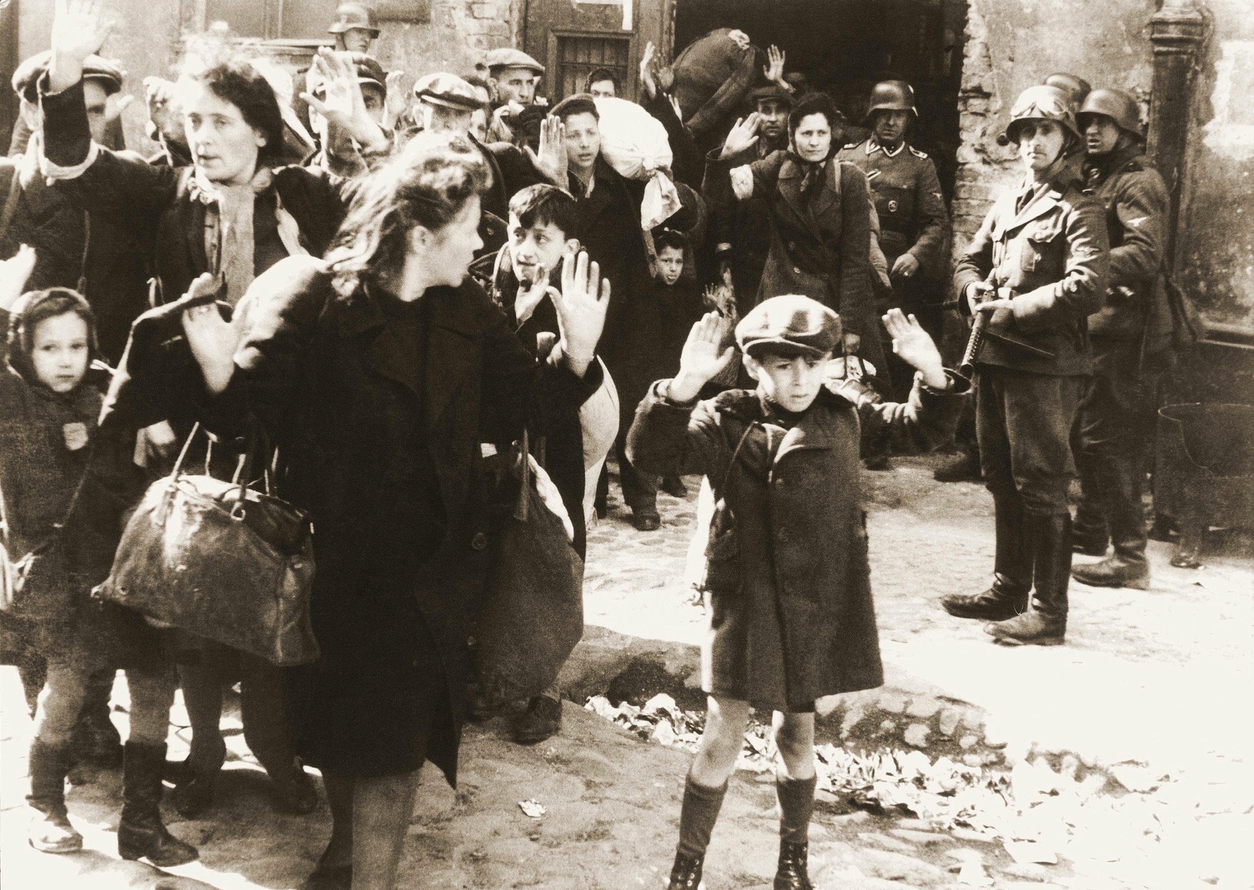 Żydzi pojmani przez SS w trakcie powstania w getcie warszawskim