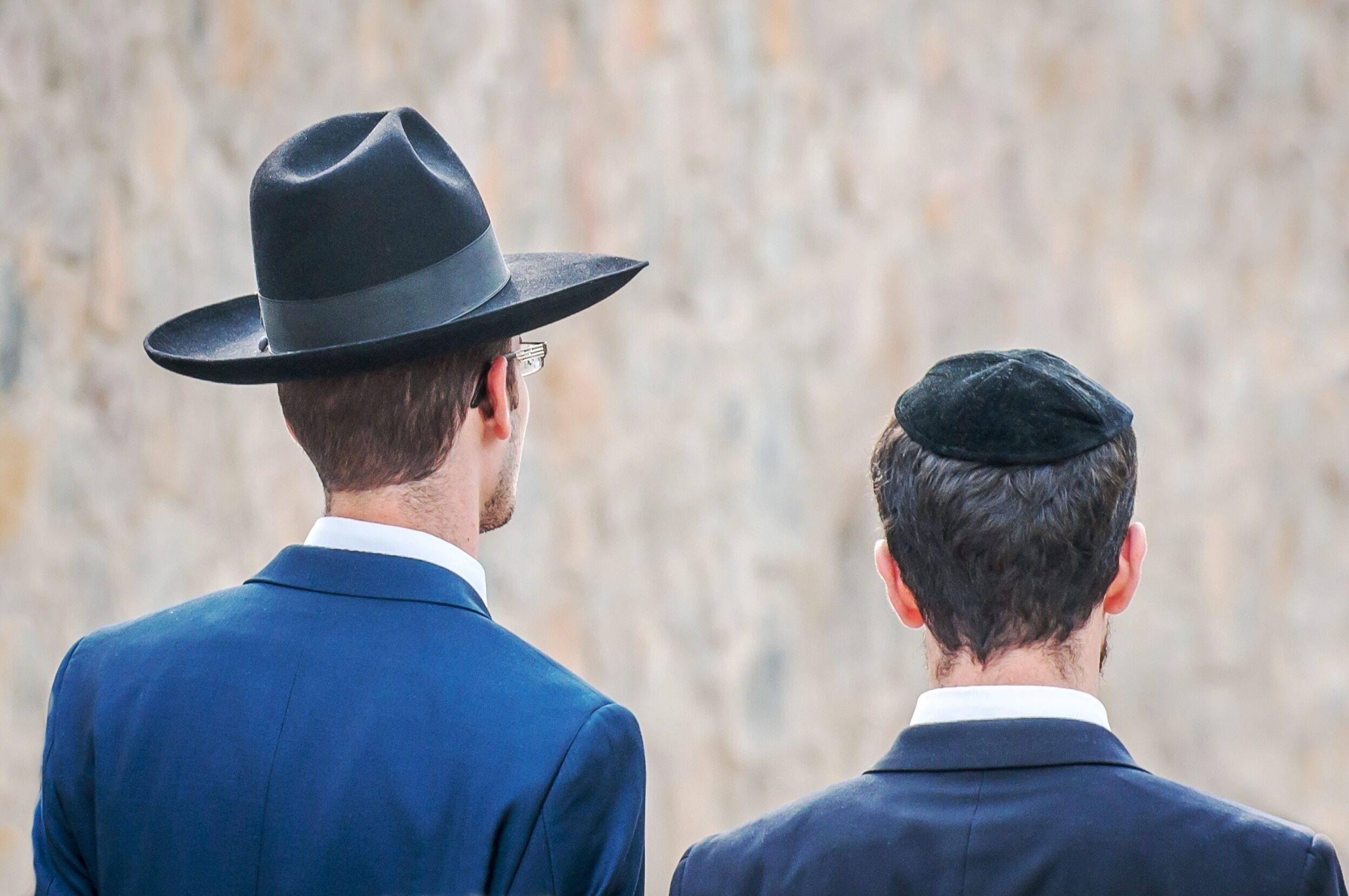 Żydzi w tradycyjnych nakryciach głowy, zdjęcie ilustracyjne